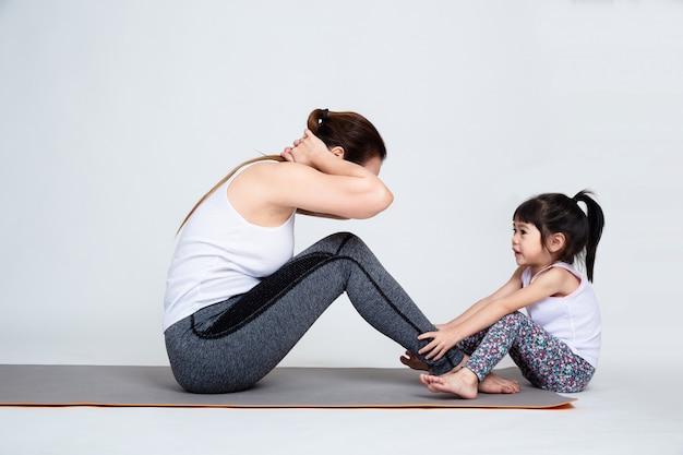 체조와 젊은 어머니 훈련 사랑스러운 딸