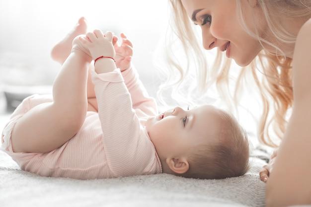 작은 아기와 젊은 엄마