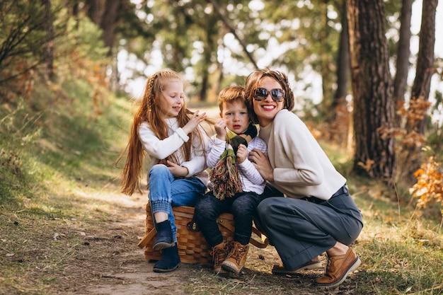 딸과 숲에서 아들과 함께 젊은 어머니