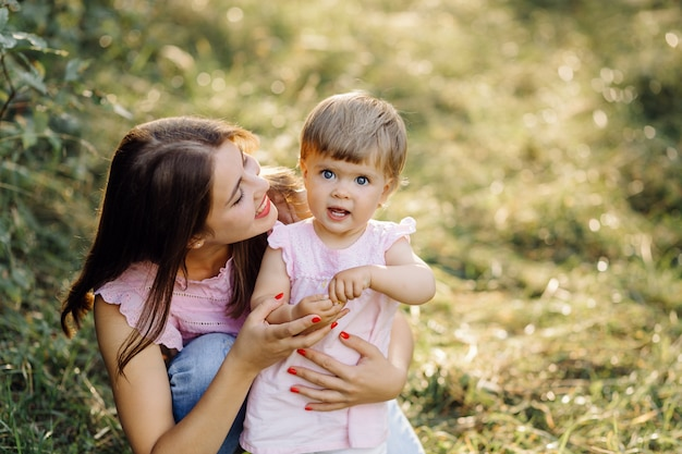 Молодая мать с ее прелестный маленький ребенок в лесу