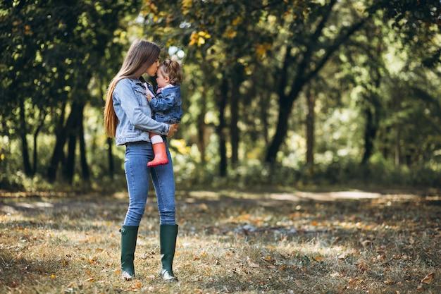 가 공원에서 작은 딸과 함께 젊은 어머니