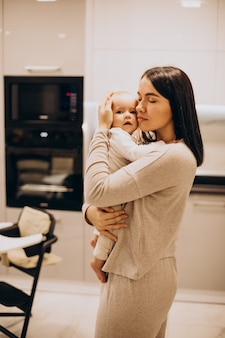 집에서 그녀의 작은 딸과 젊은 어머니