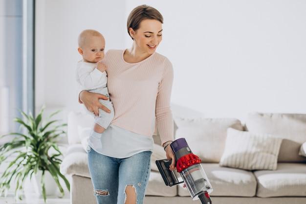 Молодая мать с маленьким сыном убирают дома