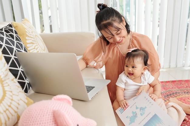 Молодая мать, работающая из дома
