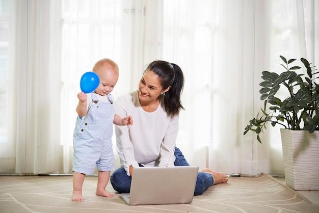 若い母親が自宅で仕事
