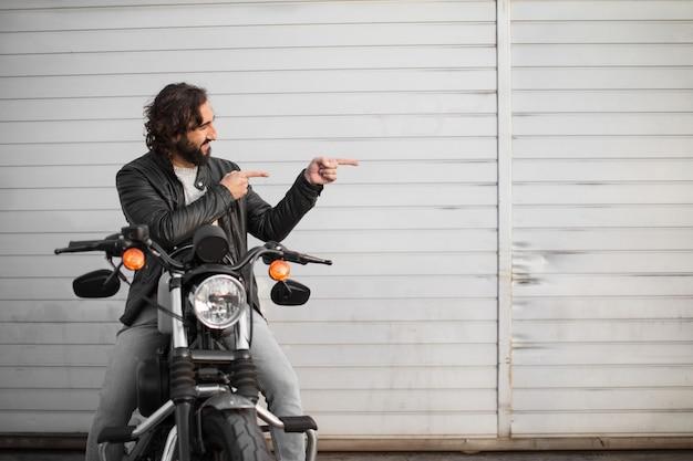 彼のビンテージバイクの若いオートバイライダー