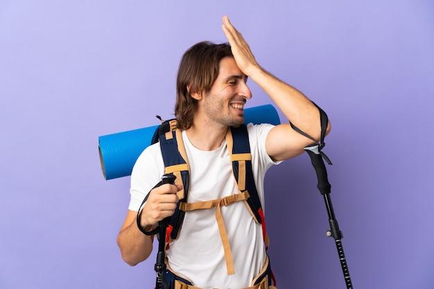 大きなバックパックを持つ若い登山家の男は何かを実現し、解決策を意図しています