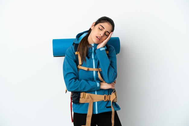 Молодой альпинист с большим рюкзаком на изолированном фоне с головной болью