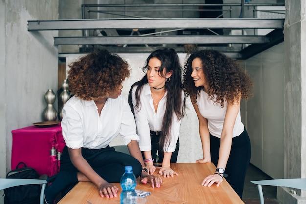 共同作業オフィスで新しいプロジェクトを計画する若い多民族ビジネスウーマン