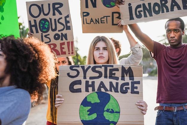 다른 문화와 인종의 젊은 다인종 사람들이 기후 변화를 위해 싸웁니다.