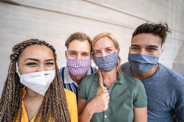 코로나바이러스 발병 동안 안전 마스크를 쓴 젊은 다인종 사람들 - 왼쪽 아프리카 소녀 얼굴에 부드러운 초점