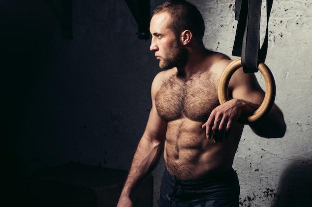 체조 링에 대 한 포즈 젊은 근육 매력적인 남자 알몸 몸통