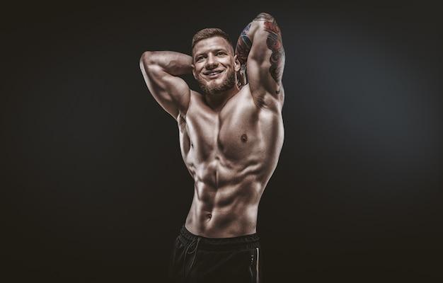 Молодой мускулистый парень позирует в студии. концепция фитнеса и питания. смешанная техника