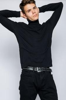 黒のtシャツとジーンズの若い筋肉の男