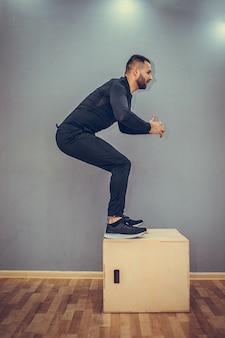 ボックスジャンプを完成させる若い筋肉質の男
