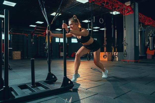 체육관에서 연습하는 젊은 근육 질 여자