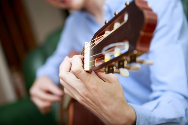 어쿠스틱 기타를 연주하는 젊은 음악가