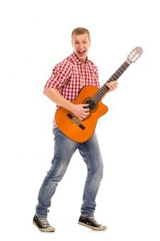 Молодой музыкант с гитарой