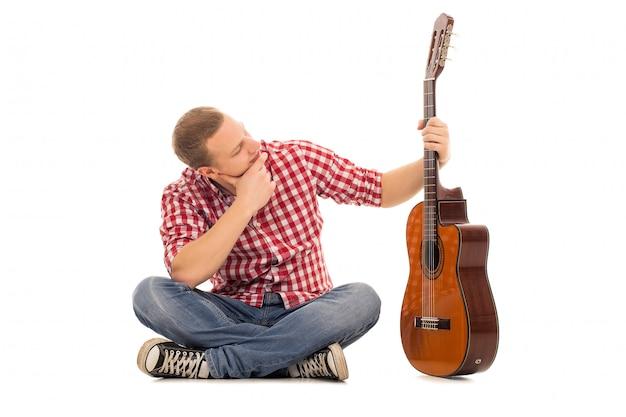 기타와 함께 젊은 음악가