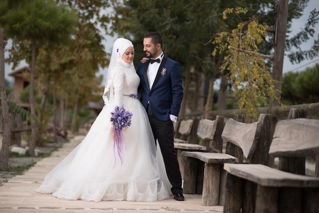 젊은 무슬림 신부와 신랑 결혼식 사진
