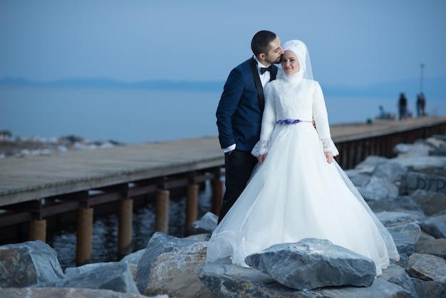 Молодые мусульманские жених и невеста свадебные фотографии
