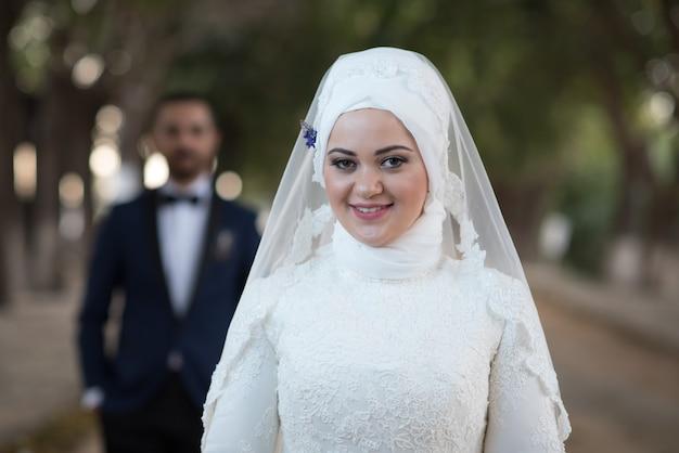 젊은 이슬람 신부와 신랑 결혼식