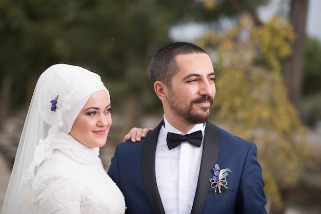 Foto di matrimonio di giovani sposi musulmani
