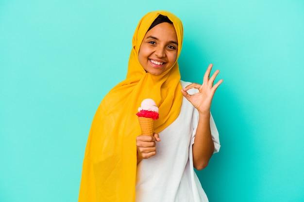 고립 된 아이스크림을 먹는 젊은 무슬림 여성