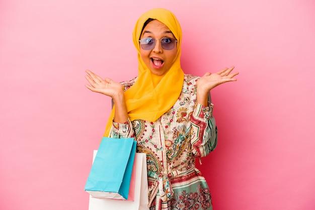 고립 된 몇 가지 옷을 쇼핑하는 젊은 무슬림 여성
