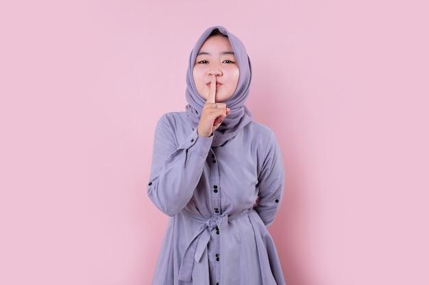 青いヒジャーブを身に着けている若いイスラム教徒の女性