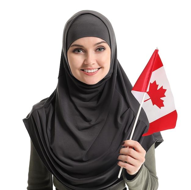 화이트에 캐나다 국기와 함께 젊은 무슬림 여성