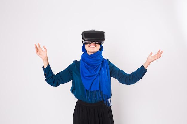 Молодая мусульманская женщина с очками виртуальной реальности. концепция технологии, vr, будущего и людей.