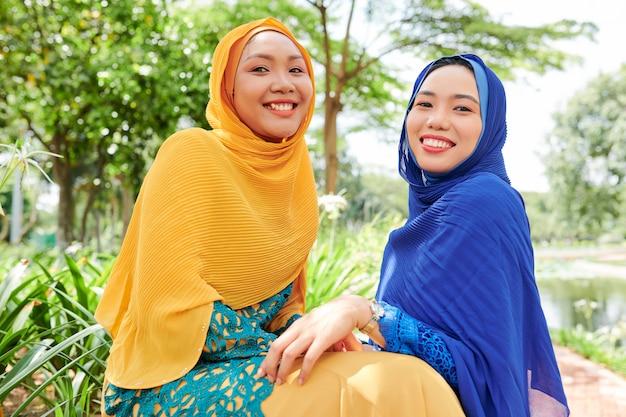 明るいヒジャーブの若いイスラム教徒の女性