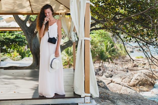 マーキー、熱帯の休暇でポーズをとる淡いガウンの若い自然の美しい女性、