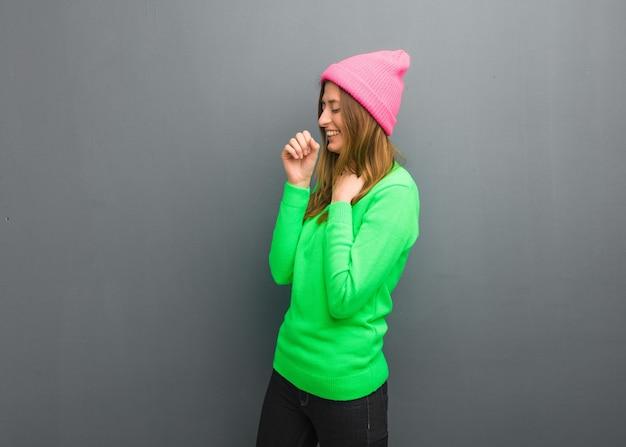 Молодая естественная русская девушка кашляет, болеет из-за вируса или инфекции