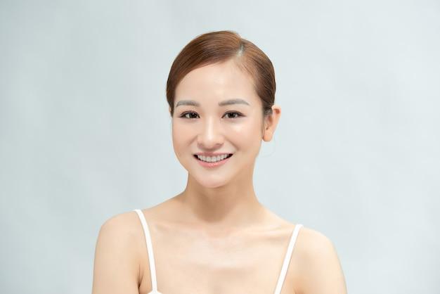 Молодая естественно красивая женщина с прекрасным цветом кожи