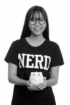 흑인과 백인 흰 벽에 고립 된 안경 젊은 못 난 아시아 십 대 소녀