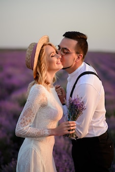 咲くラベンダーの若い新婚夫婦