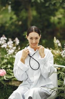 屋外の若い看護師。女医。食品および医療業界の科学的発展を宣伝するための画像。