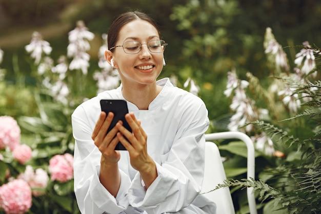 Молодая медсестра на открытом воздухе. женщина-врач. изображение для рекламы научных разработок в пищевой и медицинской промышленности.