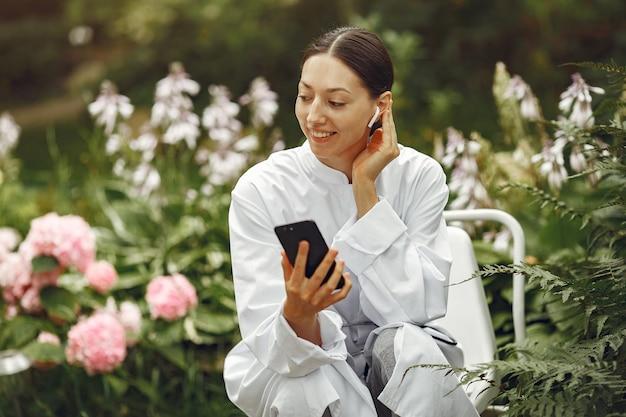 Giovane infermiera all'aperto. dottoressa. immagine per pubblicizzare gli sviluppi scientifici nell'industria alimentare e medica.