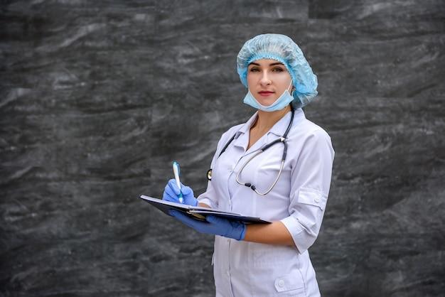 若い看護師は、テスト結果をノートに書き込みます。医療コンセプト。