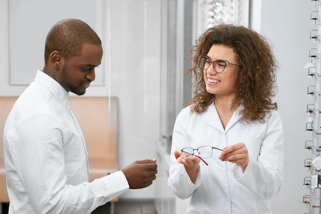 右眼科を選ぶのを助ける若い眼科医。