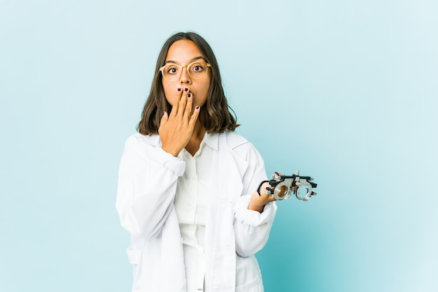 Латинская женщина молодой окулист впечатлена, держа пространство копии на ладони.