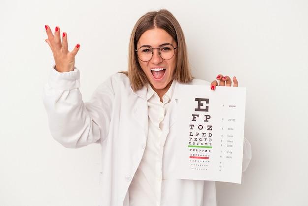 嬉しい驚きを受け取り、興奮し、手を上げる白い背景で隔離の若い検眼医ロシアの女性。