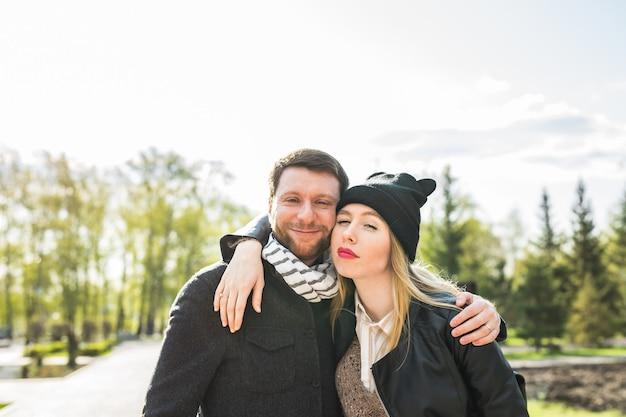 거리에서 아름 다운 커플의 젊은 야외 패션 초상화