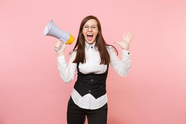 Молодые обрадованы красивой деловой женщиной в черном костюме, рубашке очков, держа мегафон, раздвигая руки, изолированные на розовом фоне. леди босс. достижение карьерного богатства. скопируйте место для рекламы.