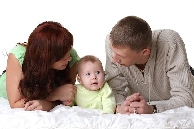 Молодые родители смотрят на красивого малыша