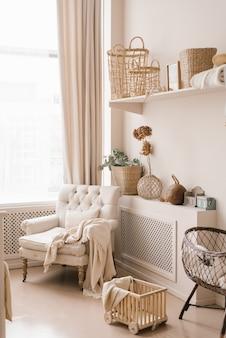 베이지 색조의 젊은 부모 침실: 수유 의자, 요람 및 스칸디나비아 스타일 장식