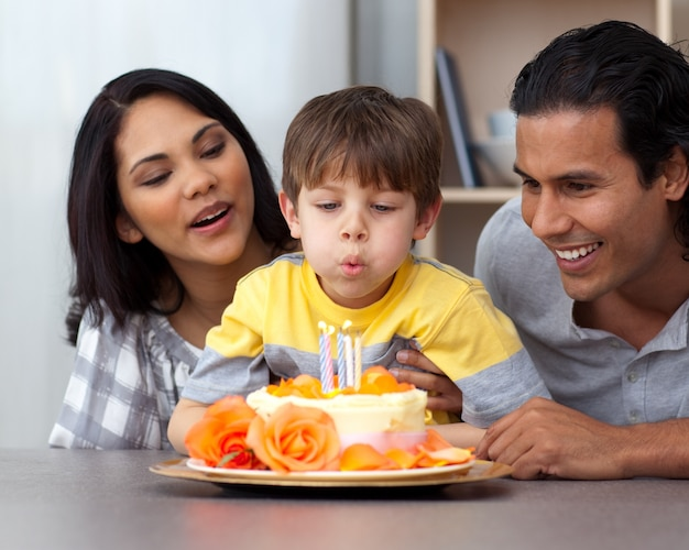 息子の誕生日を祝う若い親